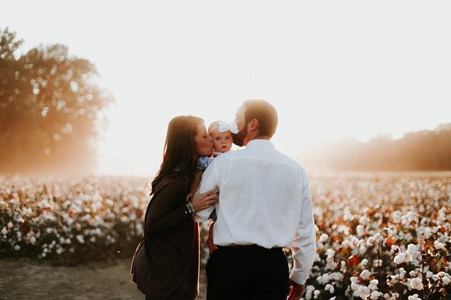 Если в это время рождается ребенок, появляются новые заботы, с которыми молодой паре нелегко справиться.