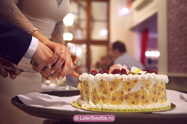 При разрезании торта первые два куска оставляют для жениха и невесты, а остальные делят между гостями