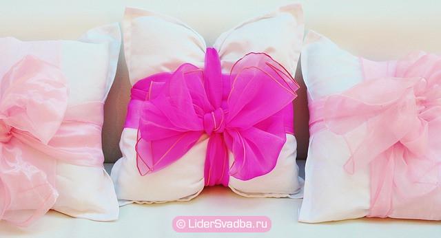 Декоративные атласные подушки;