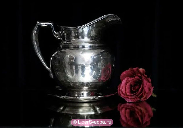 Утром муж и жена должны трижды омыть друг друга водой из серебряного кувшина.