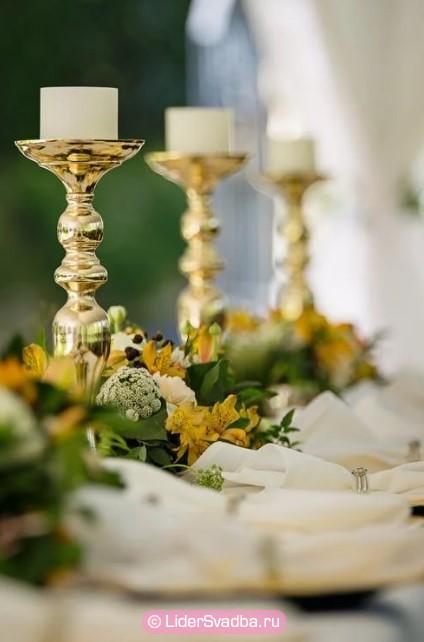 Символические подарки в виде вазы или железного подсвечника станут презентом