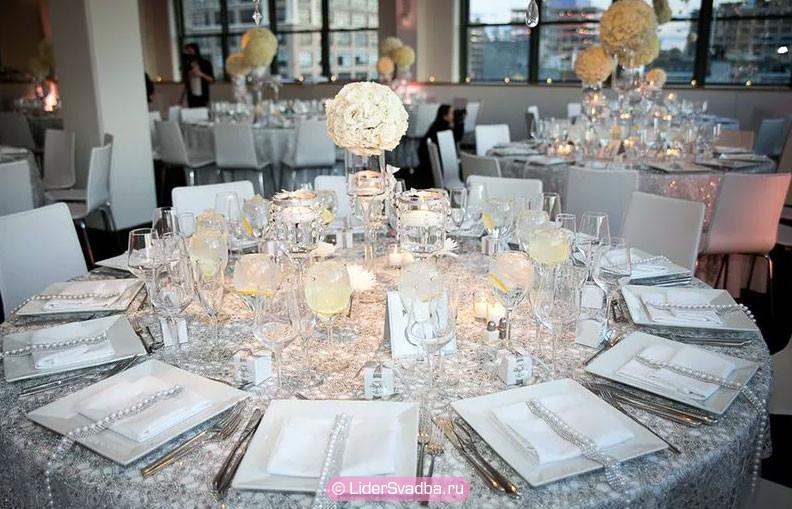 В оформлении этого торжества должен преобладать серебряный цвет и металлический символ свадьбы