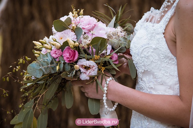 Цветы для невесты покупает жених