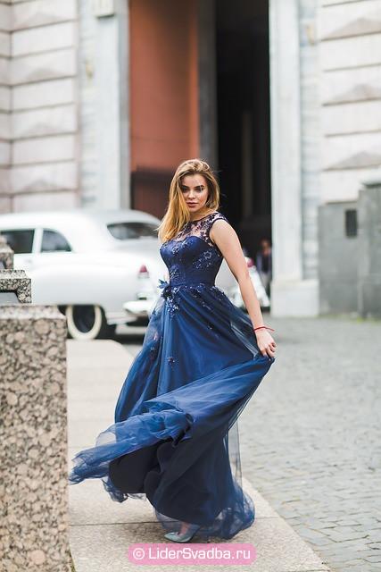 Синее платье из легкой ткани - идеальный вариант