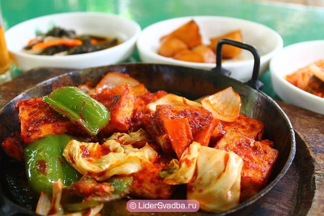 Обязательное присутствие на столе блюда из восточной кухни