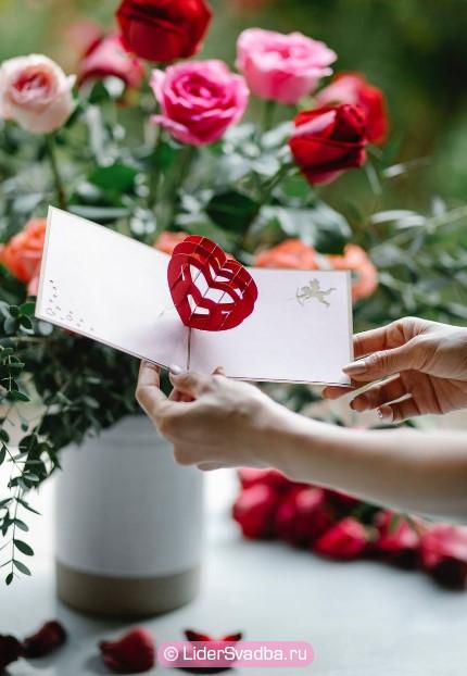 Ваза с красными розами может стать прекрасным атрибутом торжества