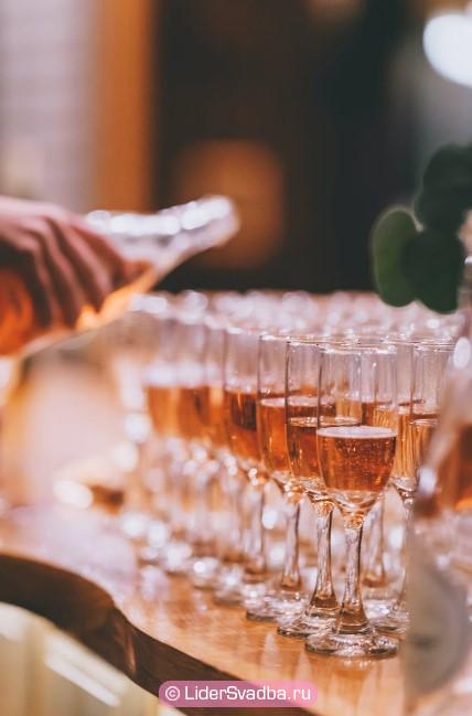 Шампанское и более легкие спиртные напитки будут уместны на столе