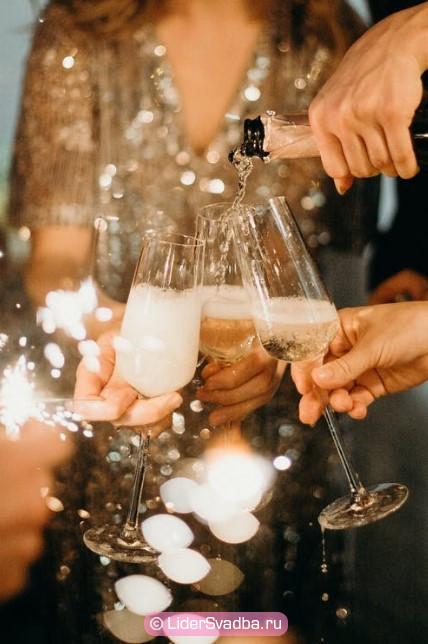 Праздничные тосты заряжают гостей энергией в позитивном и правильном ключе