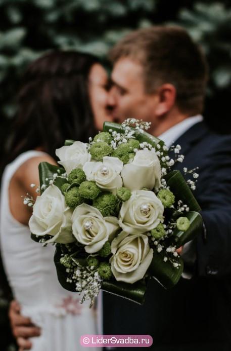 Купите букет белых роз
