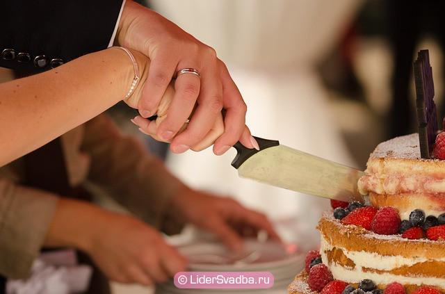 Совместное разрезание торта означает грядущую семейную жизнь, в которой необходимо все делать вместе и поддерживать друг друга