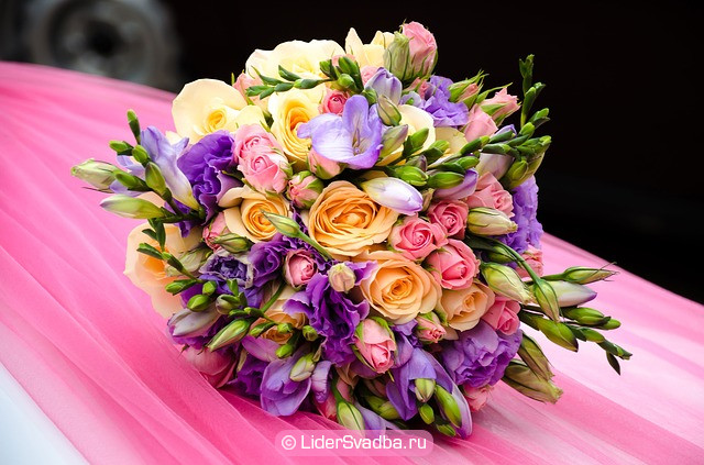 Организуйте поздравление цветами, свечами.