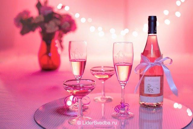 На столе красные или розовые оттенки вина