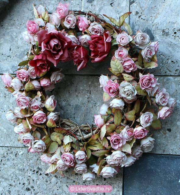 На дверь вешали венок из роз как символ праздника