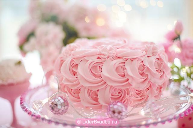 Торт, который должен быть украшен кремовыми розочками