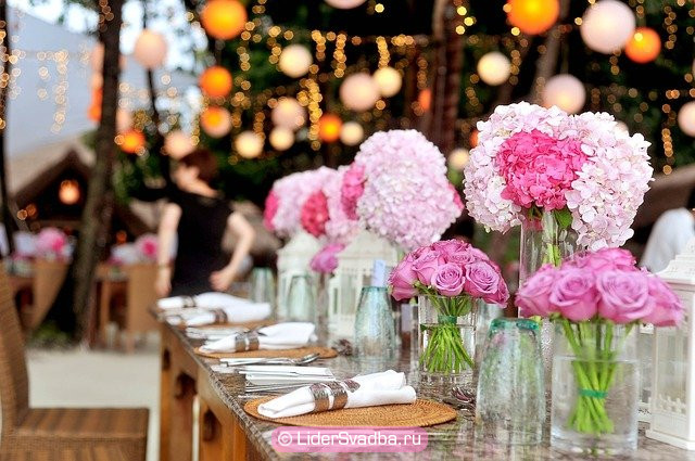 Стол украшают розами