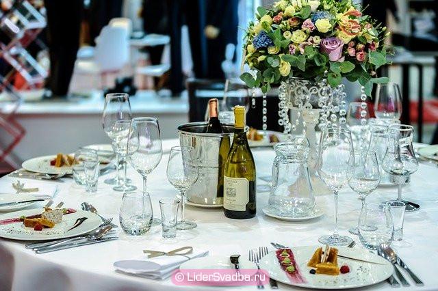 Традиционно торжественный стол накрывают скатертью небесного цвета.