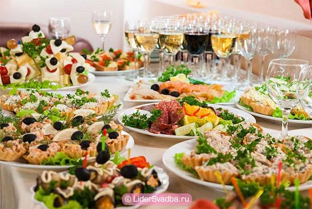 азнообразные мясные и сырные тарелки и десерты станут прекрасным дополнением